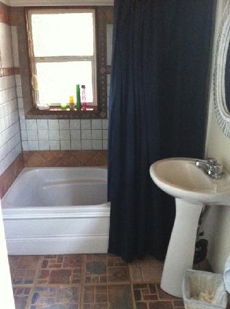 Gîte Au Beau Milieu: La salle de bain de la chambre rose.