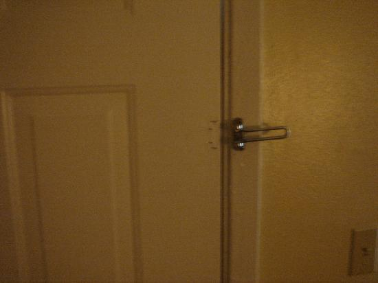 Days Inn Natchitoches : Only one lock???