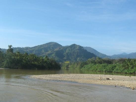 Mendihuaca Caribbean Resort: el rio Mendihuaca cuando baja de la sierra, y se encuentra con el mar.