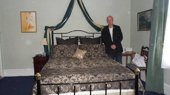 Colonial Accommodation @ Undine : Our queen sized bed