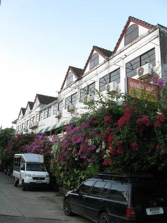 Karon View Resort: Front entrance view. | Вид со входа.