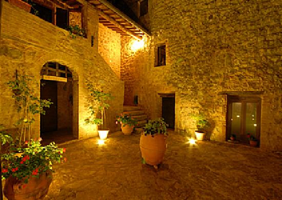 Roccia di Cerbaia Country Resort: by night