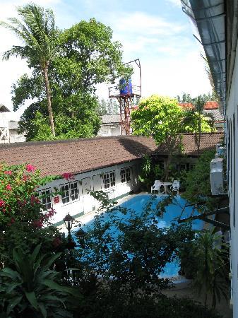 Karon View Resort: Inner area view from the room. | Вид на внутренний двор с бассейном из номера.