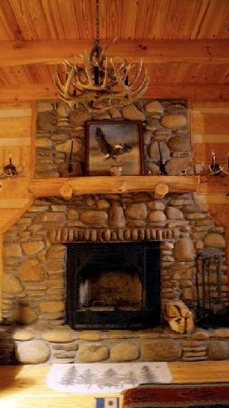 ‪‪Blue Smoke Mountain Cabins‬: Fireplace at Windrider‬