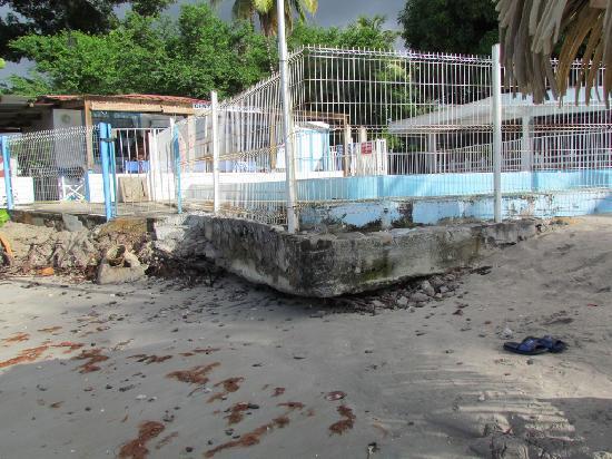 Hotel-Club Trois Ilets: Devant piscine attaquée par la houle