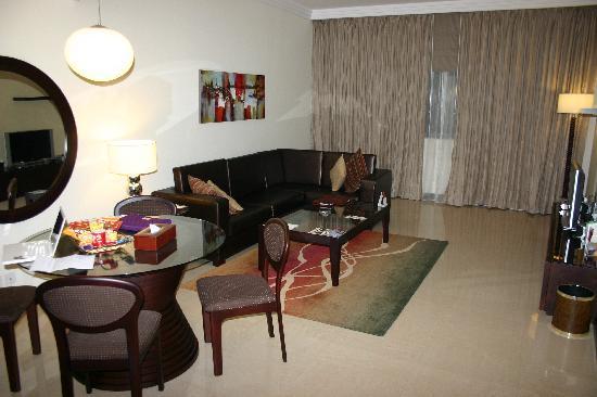 Flora Park Deluxe Hotel Apartments: salon, salle à manger