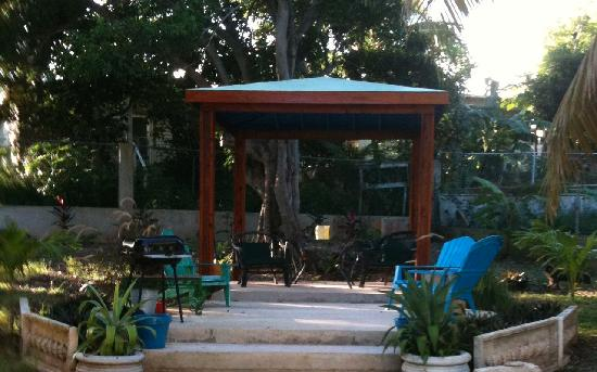 Coco Loco Guesthouse: Gazebo in the yard, where you can BBQ