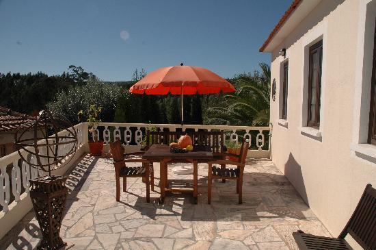 Casa O Nascer Do Sol : Gezellig terras met zicht op dorpsplein