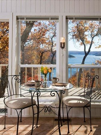Beaver Lake Cottages: View of the lake while you dine
