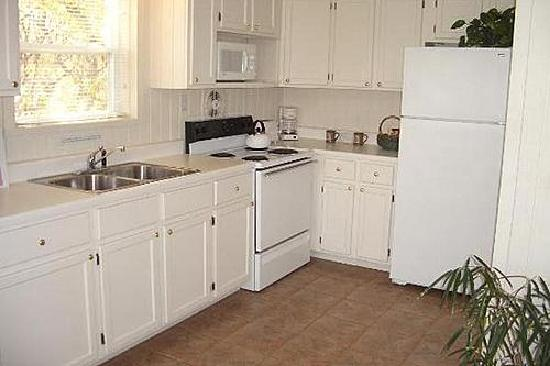 Beaver Lake Cottages : All kitchens are fully equipped.