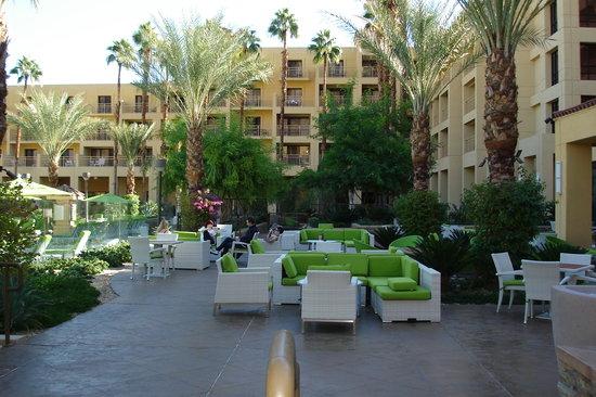 Renaissance Palm Springs Hotel: Very nice pool area