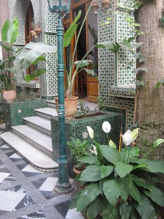 Hotel Transatlantique: steps from dining room into patio