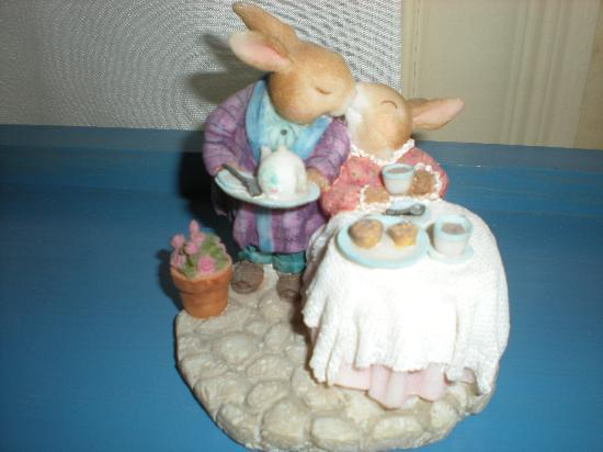 Tea Kettle Inn Bed & Breakfast: Adorable figurine