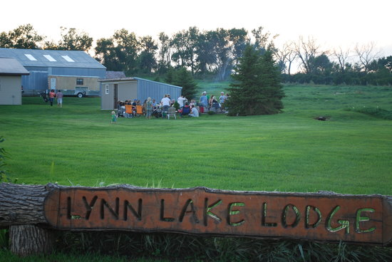 Lynn Lake Lodge: Family time around the campfire.
