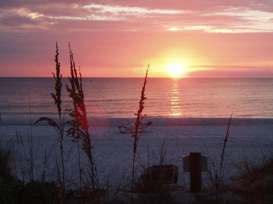 Angelinos Sea Lodge: Sunset at Angelinos