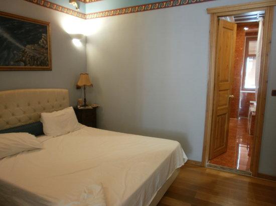 Kyveli Suites: bedroom and larg bathroom