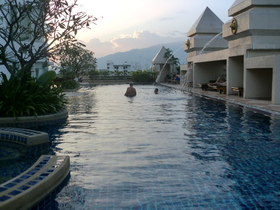 Duangtawan Hotel Chiang Mai: Pool in early evening Centara Duanwang