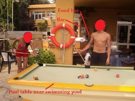 Santa Cristina Hotel: pool table and outside bar