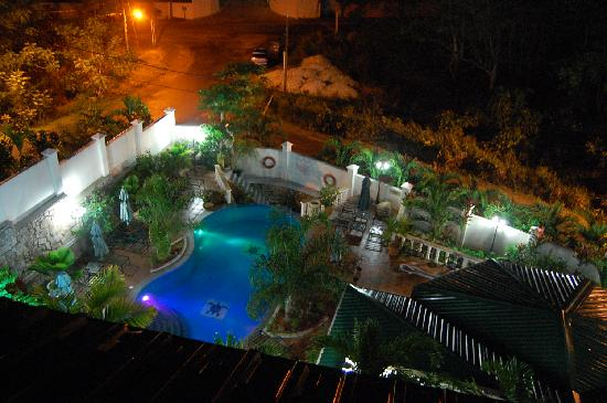 Hanneman Holiday Residence: pool at night