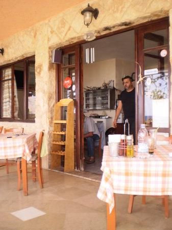 Apanemo: vue terrasse et chef de la taverne