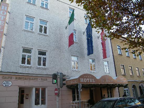 Vier Jahreszeiten Hotel: L'hotel visto dal viale alberato