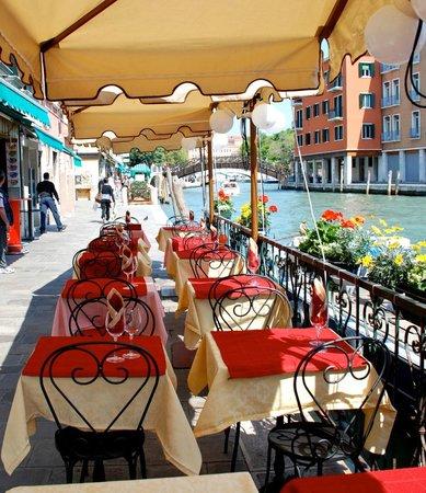 Trattoria Hostaria Venexiana : Il ristorante lungo il canale