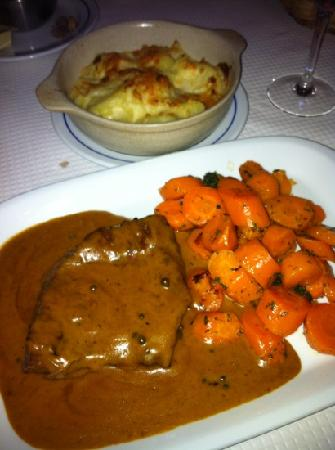 Snack Bar O Manjar: very tender pepper steak with potayo gratin and glazed carrits, its delicious but a lot