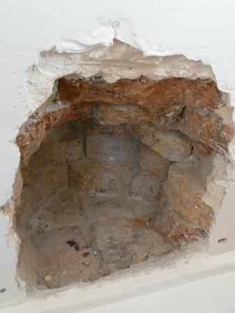 Vukovar, Kroatia: Dynomite hole in the Church wall