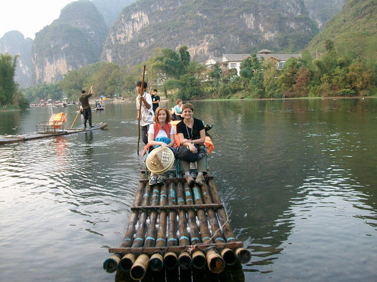 Yangshuo County, Chiny: Take the bamboo rafting on the Yulong river