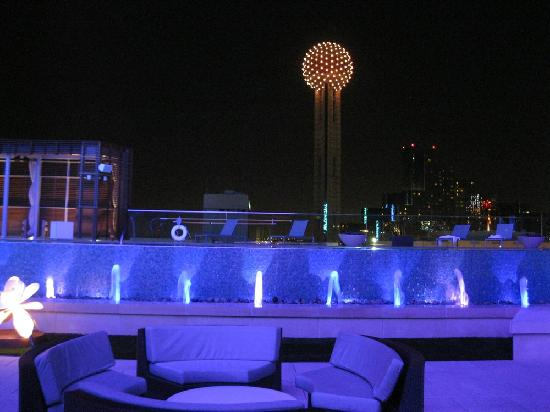 Omni Dallas Hotel: Fountains In Front Of The Pool