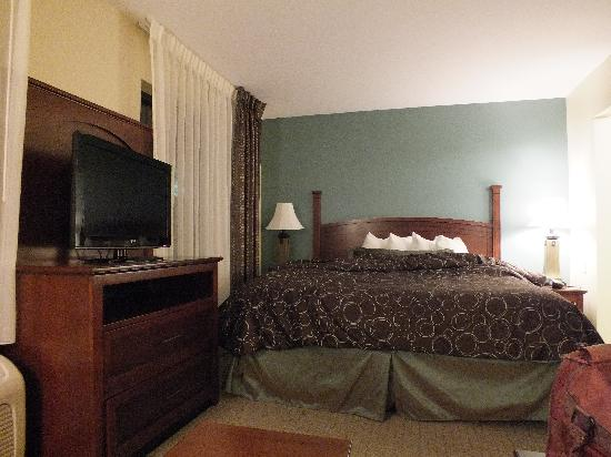 Staybridge Suites South Bend - University Area: Comfy king-size bed