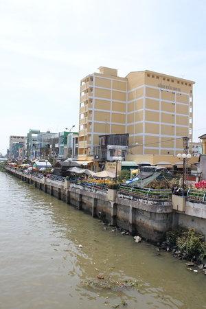 Song Tien Hotel: Bilde av hotellet fra bruen