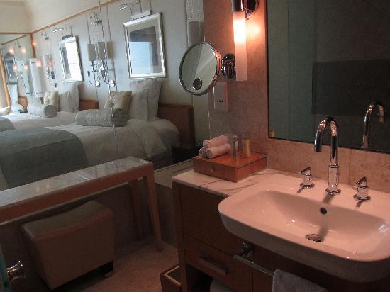 The Ritz-Carlton, Dubai International Financial Centre: room from vanity area
