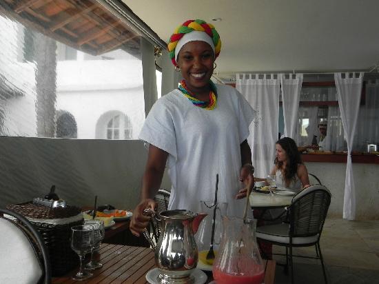Casas Brancas Boutique Hotel & Spa : Fröhliche Mädchen servieren das Frühstück