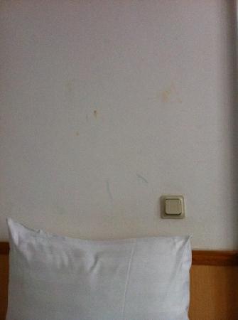 Nieuw Slotania Hotel: le ditate di ketchup sul muro