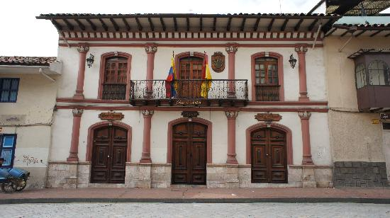 outside view.  A beautiful colonial building in the historic part of town.  Just a couple of blo (37095480)