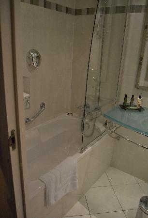 โรงแรมอาโกราแซงท์แชร์แม็ง: Bath at room 308