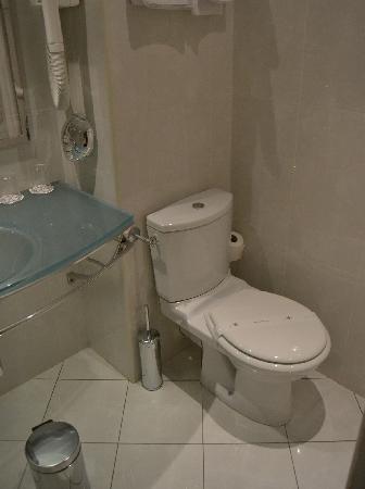 โรงแรมอาโกราแซงท์แชร์แม็ง: Bathroom