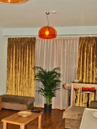 Nisa Sultan Residence: Living Room