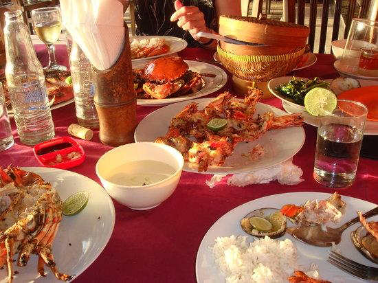 Blue Ocean Seafood Jimbaran: It looks all good. Classic table in Jimbaran Beah