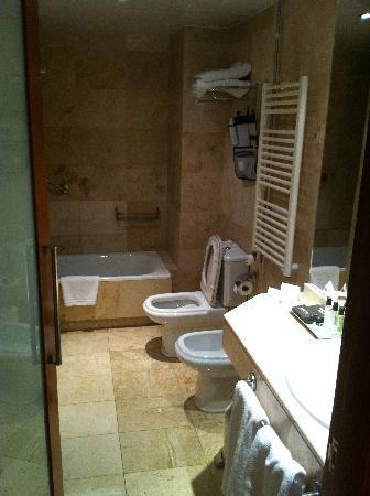 Aparthotel Mariano Cubi: Bathroom