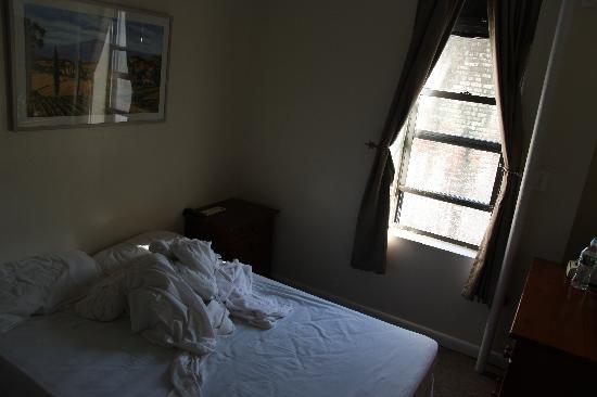 มอร์นิ่งไซด์ อินน์: la finestra abbastanza sporca con l'inguardabile ma funzionale tubo per scaldare l'aria