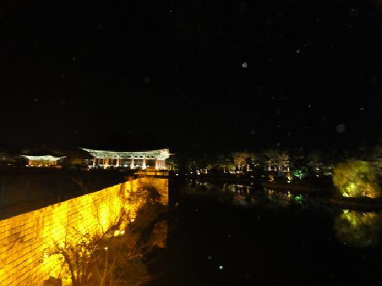Gyeongju, Sydkorea: ライトアップされた池
