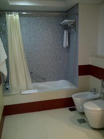 Cassells Al Barsha Hotel Dubai : Salle de bain - Baignoire