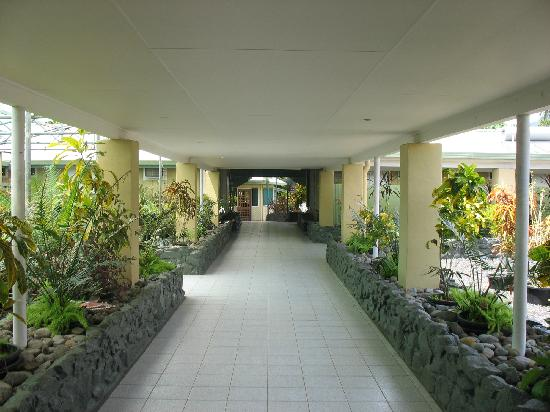 Lakakot Bay Resort: Walkway leading up fronm the beach area to reception and rooms.
