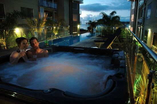 Edgewater Palms Apartments : Spa by night.