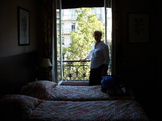 Hotel Marceau Champs Elysees: Nice window that opened out to the street