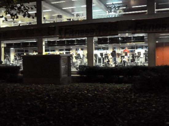 Hotel Montree: Fitnesscenter gegenüber