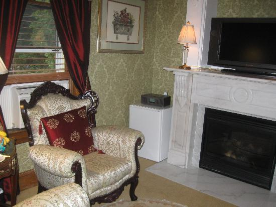 The Village Inn of Woodstock: Room 5 sitting room