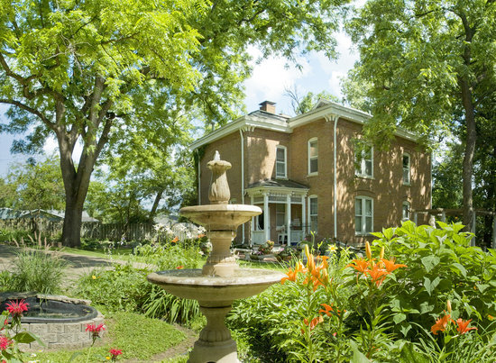 Belmont Hill Victorian Bed and Breakfast: Main house and gardens